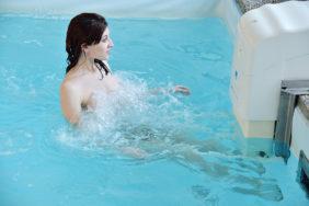 Unterwassermassage im Pool